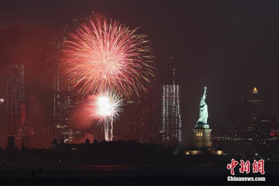 资料图:当地时间7月4日夜间,庆祝独立日的焰火在美国纽约自由女神像上空绽放。独立日也是美国的国庆日。<a target='_blank' href='http://www.chinanews.com/'>中新社</a>记者 廖攀 摄