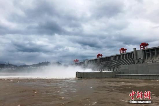 """据长江水利委员会水文局7月5日消息,""""长江2018年第1号洪水""""在长江上游形成,目前正通过三峡库区。受持续降雨影响,长江上游干支流发生较大洪水,多站发生超警、超保洪水。三峡水库入库流量5日6时涨至50000立方米每秒,8时入库流量51000立方米每秒。据长江防汛抗旱指挥部长江防总23号调度令,自4日20时起逐步加大三峡水库出库流量,22时增加至35000立方米每秒,5日8时增加至40000立方米每秒并维持。中新社记者 董晓斌 摄"""