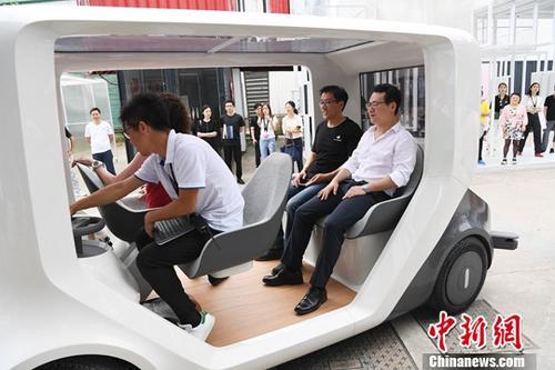 7月5日,2018零一科技节在深圳价值工厂开幕。科技节通过智能科技展、高峰论坛、黑科技成果展示等内容,为全球消费者带来一场全新的科技体验。图为广州小狗机器人技术有限公司与麻省理工学院计算机科学与人工智能实验室共同研发的无人驾驶通勤车(puppy auto)展示。<a target='_blank' href='http://www.chinanews.com/'>中新社</a>记者 陈文 摄