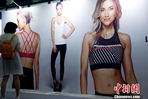 随着越来越多的女性热衷于体育运动,女性运动装备的消费增幅也远超男性。7月5日,正在上海举行的ISPO Shanghai 2018 —— 亚洲(夏季)运动用品与时尚展专门推出女性运动主题馆,针对女性群体推出最新最潮的运动装备和运动项目。社记者 汤彦俊 摄