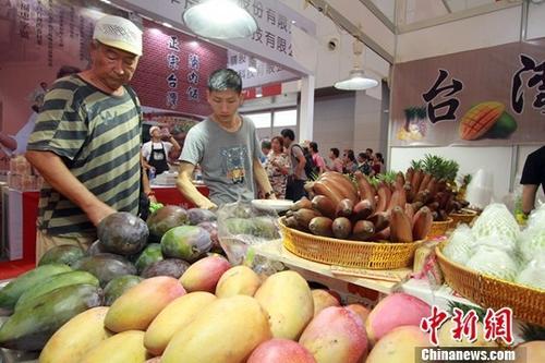 7月5日,第十一届津台投资合作洽谈会暨2018年天津•台湾商品博览会在梅江会展中心拉开帷幕。图为台湾水果吸引大陆民众。中新社记者 张道正 摄