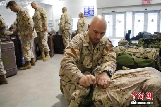 图为一位维和军人在临行时整理行装。中新社记者 余瑞冬 摄