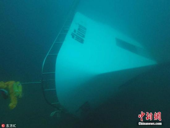 当地时间7月6日,泰国普吉岛海域附近,泰国皇家海军第三区司令部发布照片,显示一艘观光船在海中沉没。。图片来源:东方IC 版权作品 请勿转载