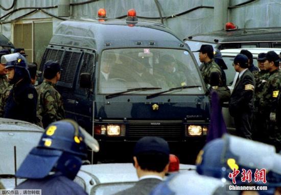 1986年麻原彰晃购买武器和制造武器的机械,藏在山梨县的邪教基地,偷偷制造毒气。图为1995年5月26日,麻原彰晃被捕。