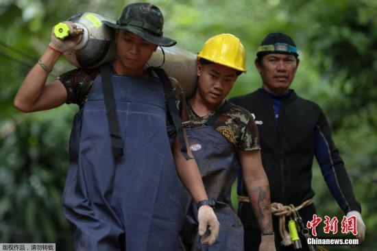 从6月23日进入洞穴后失联至7月5日,受困13人仍未出洞,救援行动仍在进行。由于内部地形复杂,当地又正值雨季,救援人员推测,孩子们被困在溶洞里的时间会延长。据悉,救援行动最快可能会在6日深夜或7日凌晨开始。当地时间7月5日晚7点左右,开始有车辆运输大量氧气瓶到达现场。