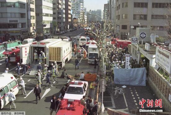 1995年,麻原彰晃指使信徒到东京三条地铁线的五班早上繁忙时间列车施放沙林毒气,造成13死,近6000人伤。图为拍摄于1995年3月20日,日本东京地铁沙林毒气案现场。
