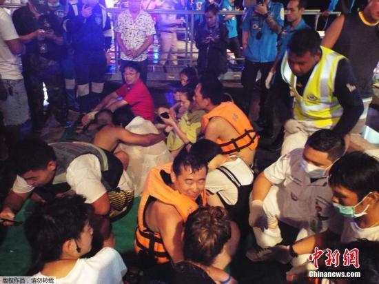 资料图片:救援人员营救被困游客。