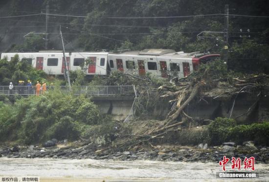 暴雨致山体滑坡摧毁轨道,火车脱轨。