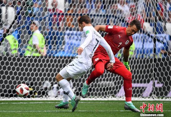 第61分钟法国队扩大领先优势,博格巴中路分球给左侧的格列兹曼,后者在外围突施冷箭,穆斯莱拉却出现黄油手,皮球被他双手一扑之后飞向了自家球门,2:0。 中新社记者 毛建军 摄