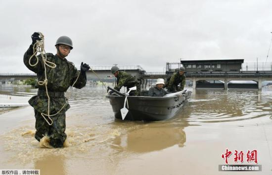 救援人员救助受灾民众。