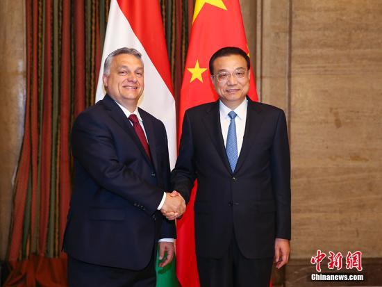 当地时间7月6日下午,中国国务院总理李克强在索非亚下榻饭店会见匈牙利总理欧尔班。 中新社记者 刘震 摄