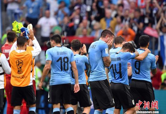 赛后,乌拉圭队员格外失落,有的球员掩面哭泣。 中新社记者 毛建军 摄