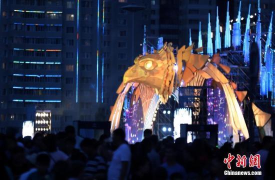 """7月6日,哈萨克斯坦迎来第20个首都日。图为当天阿斯塔纳""""哈萨克耶勒""""纪念碑前举行大型演出庆祝建都20周年。 中新社记者 文龙杰 摄"""