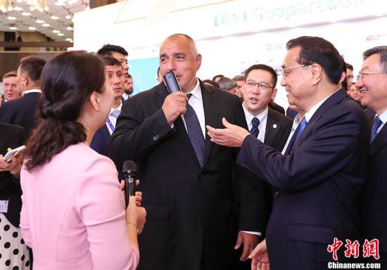 当地时间7月7日上午,中国国务院总理李克强在索非亚文化宫与中东欧16国领导人共同参观中国—中东欧国家地方合作成果展。 中新社记者 刘震 摄