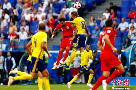 马奎尔阿里头球建功 英格兰2:0瑞典晋级四强。 <a target='_blank' href='http://www.chinanews.com/'>中新社</a>记者 富田 摄