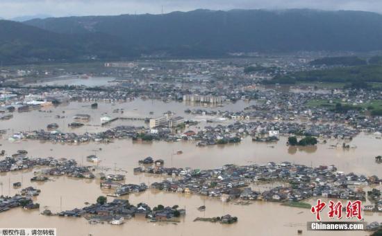 当地时间7月8日,日本冈山县仓敷市大面积被淹,航拍画面表现,多多民宅被洪水包围。