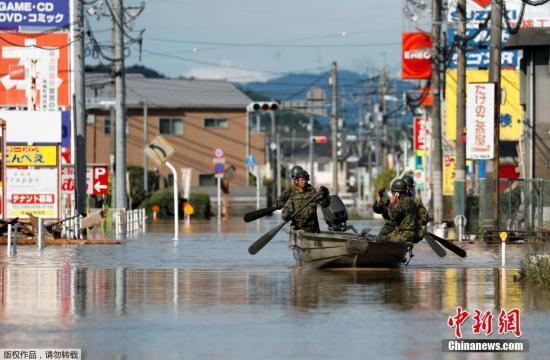 资料图为日本自卫队在仓敷市进行搜救工作。