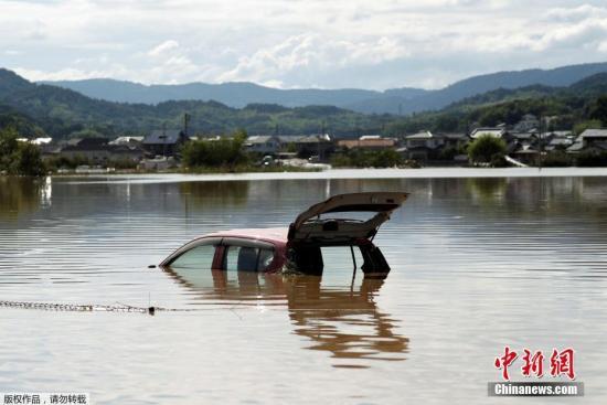仓敷市遭水淹严重,汽车几乎被积水淹没。