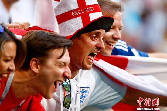看台上兴奋的英格兰球迷。 <a target='_blank' href='http://www.chinanews.com/'>中新社</a>记者 富田 摄