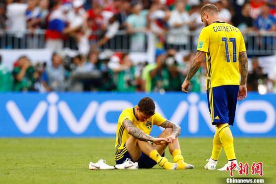 赛后,瑞典球员坐在草坪上,失落无奈。 <a target='_blank' href='http://www.chinanews.com/'>中新社</a>记者 富田 摄