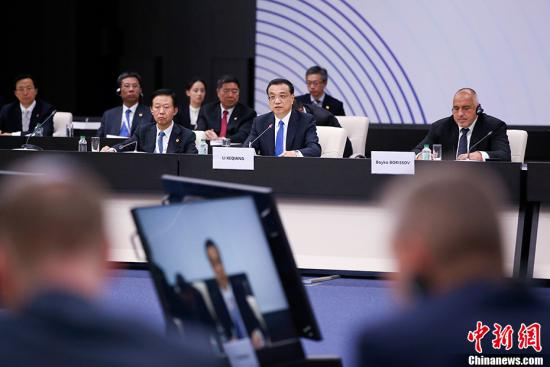 当地时间7月7日上午,中国国务院总理李克强在索非亚文化宫出席第七次中国—中东欧国家领导人会晤。中东欧16国领导人与会。欧盟、奥地利、瑞士、希腊、白俄罗斯及欧洲复兴开发银行作为观察员与会。 中新社记者 刘震 摄