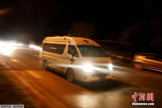 资料图片:转移获救少年的救护车辆。