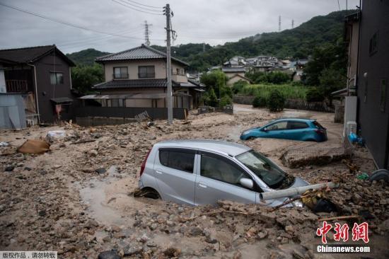 资料图:当地时间7月8日,日本广岛,暴雨引发洪水汽车被泥沙淹没。