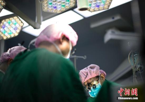 女子眼痛做手术才发现一片隐形眼镜在眼里藏了28年!