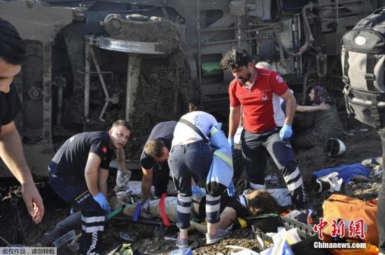 当地时间7月8日,土耳其西北部一列火车周日发生出轨事故,造成10人死亡,73人受伤。报道称,这列火车载有362名乘客,事发时正前往首都伊斯坦布尔。目前,紧急救援人员已到达现场。事发地泰基尔达州州长称是大雨导致这起出轨事件的发生。