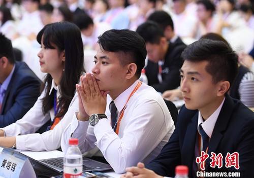 """7月8日,几位台湾青年代表正在聆听大会发言。当日,由台湾中华青雁和平教育基金会与大陆有关民间团体共同举办的首届""""海峡两岸青年发展论坛""""在杭州举行。来自海峡两岸的500多位青年共迎新时代、共话新机遇、共谋新发展。<a target='_blank' href='http://www-chinanews-com.dbanfang.com/'>中新社</a>记者 王刚 摄"""
