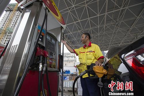 资料图:加油站工作人员给车辆加油。<a target='_blank' href='http://www.chinanews.com/'>中新社</a>记者 张云 摄