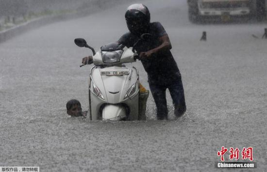 当地时间7月9日,印度孟买遭季风暴雨袭击,街头洪水泛滥若汪洋河道。据报道,暴雨严重影响了孟买的交通运行,过去两日列车和超过700趟航班被延误。