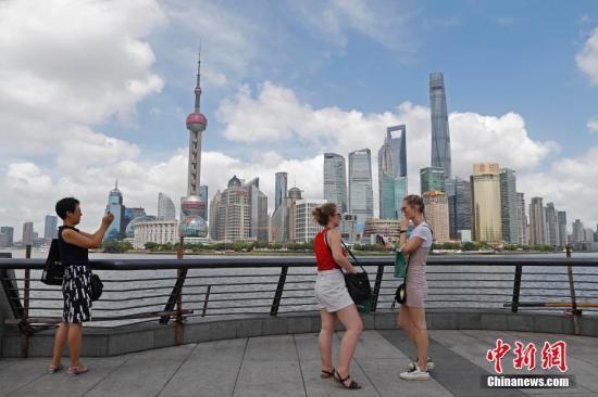 資料圖:旅客在上海外灘游玩,欣賞黃浦江兩岸美景。殷立勤 攝