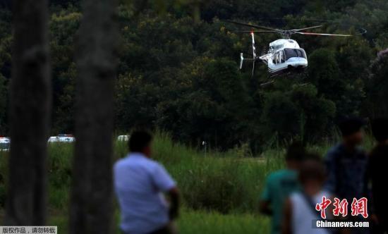 当地时间7月10日,被困洞穴17天后,泰国包括12名足球队少年和一名教练在内的13人,全部成功获救。据报道,当地时间10日晚6时48分,泰国清莱被困洞穴中的足球队25岁教练作为第13人获救出洞,被送往医院对身体进行全面检查。