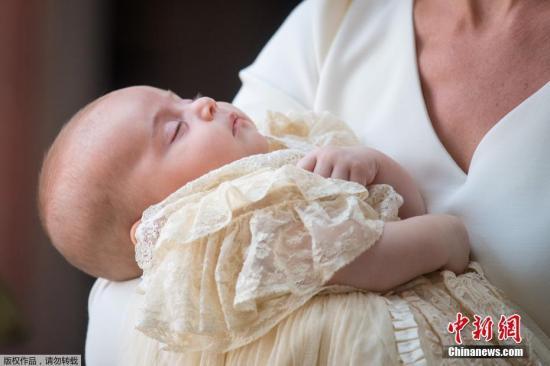 当地时间2018年7月9日,英国伦敦,威廉王子与凯特王妃的儿子路易小王子的洗礼仪式在圣詹姆斯宫的皇家教堂举行,乔治小王子和夏洛特小公主出席弟弟洗礼仪式。路易王子的受洗仪式被视为这个五口之家首次集体亮相。