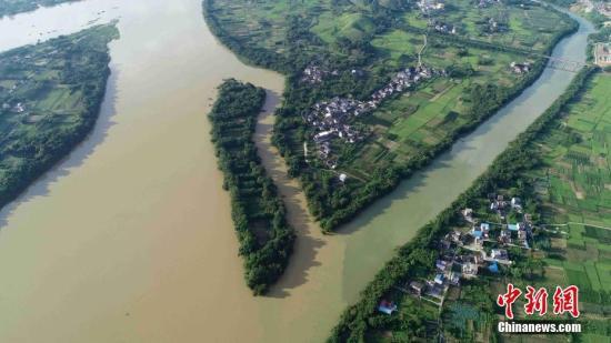 强降雨致黄河青海果洛段出现河水倒灌 武警参与救援