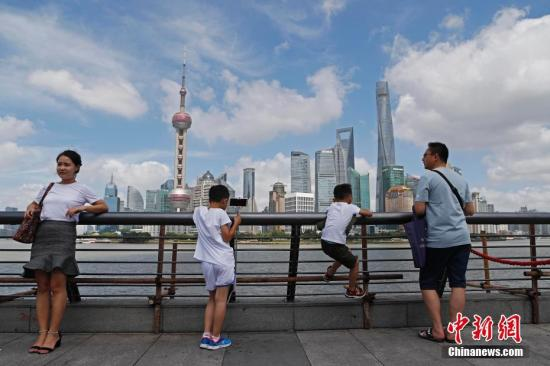 Tourists visit the Bund in Shanghai. (File photo/China News Service)