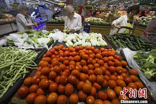 资料图:民众正在超市选购蔬菜。中新社记者 张云 摄