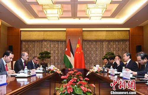 7月10日,中国国务委员兼外交部部长王毅(右二)在北京会见来华出席中国—阿拉伯国家合作论坛第八届部长级会议的约旦外交与侨务大臣萨法迪(左二)。中新社记者 侯宇 摄