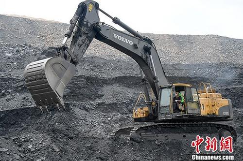 资料图:挖掘机进行采煤作业。中新社记者 武俊杰 摄