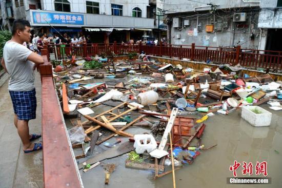"""7月11日,强台风""""玛莉亚""""带来的狂风暴雨导致福建省霞浦县牙城镇受灾严重,一片狼藉。<a target='_blank' href='http://www.chinanews.com/'>中新社</a>记者 王东明 摄"""