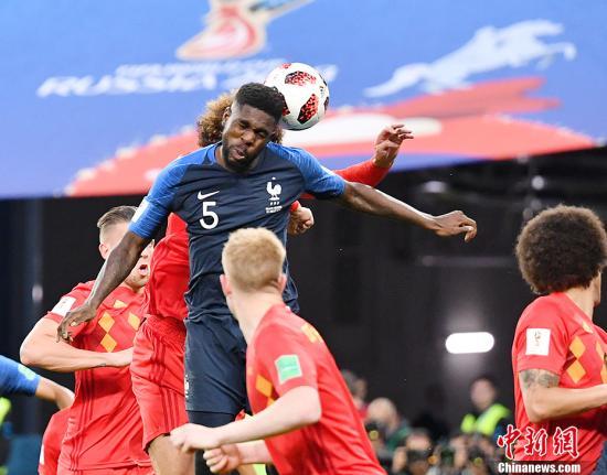 2018俄罗斯世界杯法国战胜比利时 挺进决赛。图为乌姆蒂蒂头球破门瞬间。中新社记者 毛建军 摄