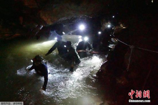 英国潜水员救出泰国山洞被困...