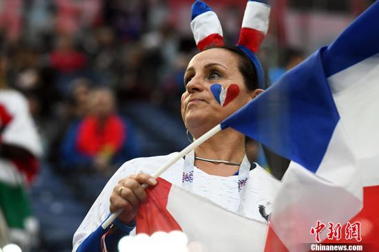 图为一位挥舞旗帜的法国女球迷。 <a target='_blank' href='http://www.chinanews.com/'>中新社</a>记者 田博川 摄