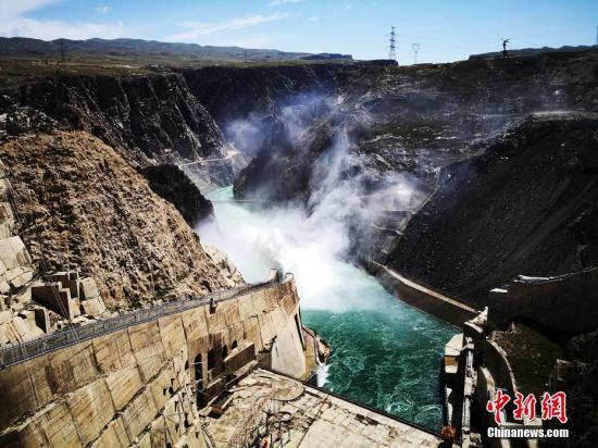 """龙羊峡位于青海共和县境内,是黄河上游第一座大型梯级电站,被誉为万里黄河第一坝,有""""龙头""""电站之誉。/p中新社发 钟欣 摄"""