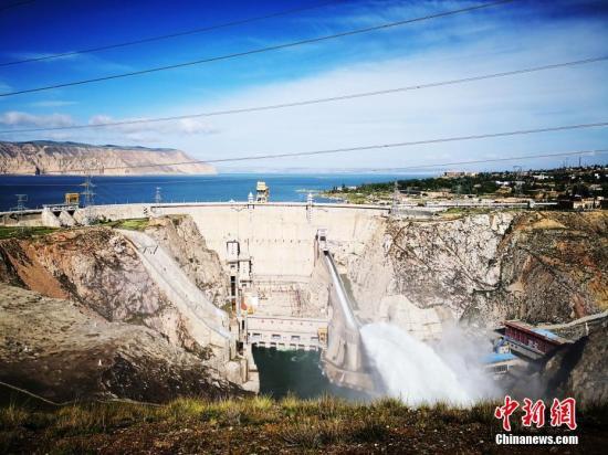 7月11日7时许,黄河上游最大水电站龙羊峡水电站开闸泄洪,上一次龙羊峡开闸泄洪是2012年。/p中新社发 钟欣 摄