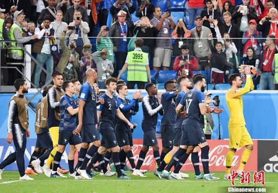 真·高卢雄鸡 法国球迷带公鸡来世界杯为球队助威-智慧漳州-体育新闻