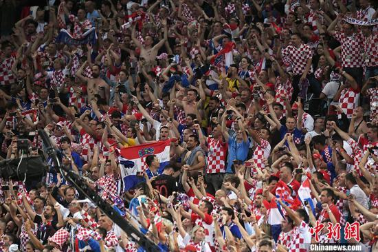 """看台上激动的克罗地亚球迷,俨然""""格子海洋""""。 中新社记者 田博川 摄"""