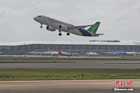 C919客机102架机在浦东国际机场第四跑道起飞。 殷立勤 摄