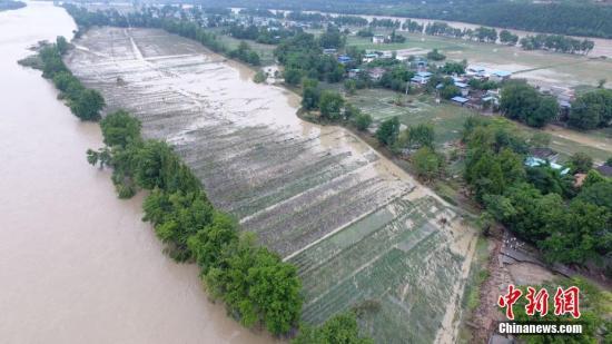 资料图:四川射洪通往乡村唯一通道桥梁被洪峰冲毁。刘昌松 摄